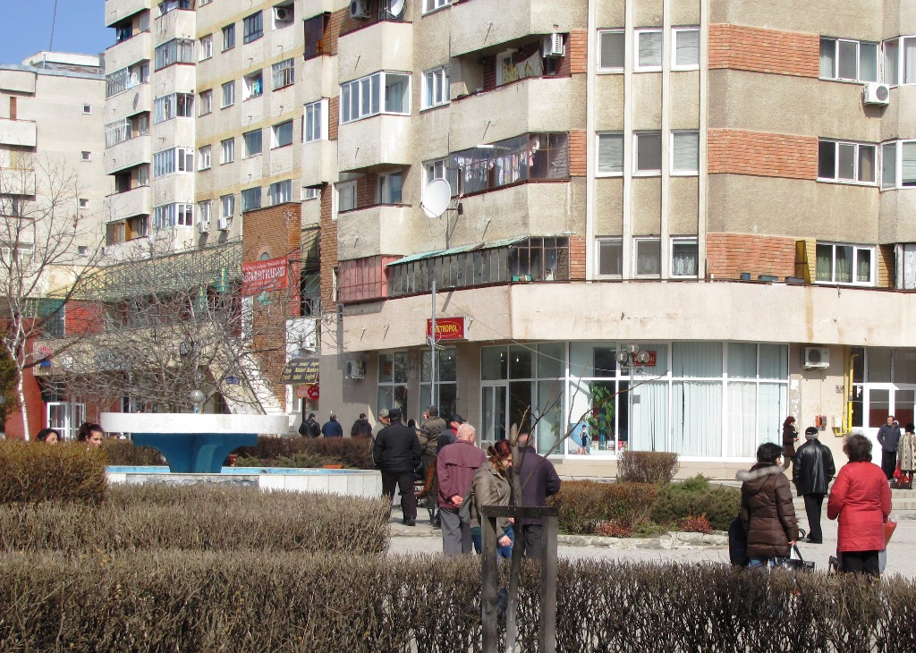 Alexăndrenii se tem că la un cutremur de mare intensitate casele se vor prăbuși pe ei. Sute de oameni din municipiul reședință de județ le cer autorităților locale să le expertizeze tehnic blocurile în care locuiesc.