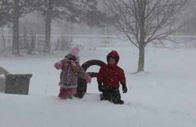 frig, ninsori și vânt puternic