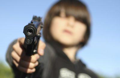 Un copil din Turnu Măgurele, prins de polițiști cu o armă asupra sa