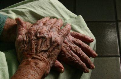 mâini bătrâni