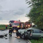 Accident rutier! Un autoturism s-a lovit de un tir! Trei persoane au ajuns la spital FOTO